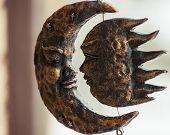 Lua e sol de bronze