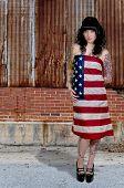 Mujer envuelta en una bandera