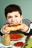 Постер, плакат: Boy Bite Self Made Huge Hotdog