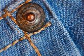 Bastón de metal en los pantalones vaqueros