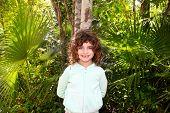 Постер, плакат: Туристический девочка позирует в дереве Майя Ривьера джунглей Мексики