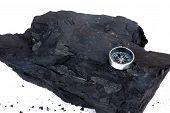 Un trozo de carbón y brújula