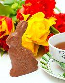 Páscoa coelho de Chocolate, chá e tulipas