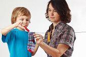 Moeder met haar zoon opknoping kleren