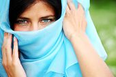 Retrato de mujer en tela azul