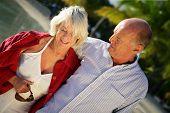 paar lächelnd Senioren haben einen Spaziergang durch die Kante des Meeres