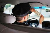 Taxi Driver-Überprüfung-Dollar-Schein