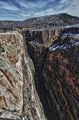 Paredes íngremes da garganta preta do Parque de Gunnison, no Colorado
