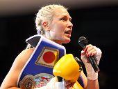 Nach dem Kampf. Sieg. Boxer Natasha Ragozina (Russland)