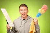 Hombre infeliz, confundido e inseguro no están dispuestos a limpiar una casa