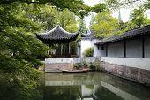 Lagoa e o pavilhão no jardim do administrador humilde, Suzhou, China