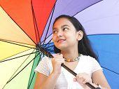 Постер, плакат: Азиатская девушка индийского происхождения зонтик Радуга