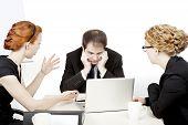 Equipo de negocios en una reunión seria