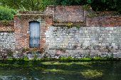 alte Steinmauer am Fluss