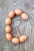 Una letra C, de los huevos de Pascua. En una textura de madera.