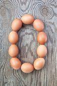 Una letra O de los huevos de Pascua. En una textura de madera.