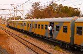 Comboio MetroRail sai da Estação Central em Pretoria, África do Sul