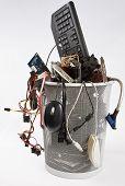 Elektronikschrott im Mülleimer