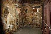 Celda de la cárcel vieja y sucia