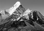 vista de preto e branca do Ama Dablam - caminho para o acampamento base do Everest - Nepal