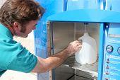 Preparação de Hurrican - garrafa de água de enchimento