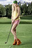 sexy Golf Spieler Frau, schaut sie auf der linken Seite