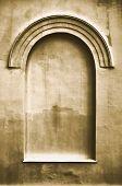 Edad antigua enyesados ventana falso falso arco falso estuco marco fondo copia espacio, luz Beige oscuro