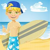 Cute teen boy con una tabla de surf en una playa soleada