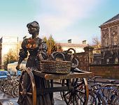 picture of molly  - A view of the brass monument to Molly Malone in Dublin Ireland - JPG