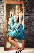 Mujer coqueta delante del espejo