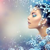 Winter schoonheid vrouw. Christmas Girl make-up. Vakantie Make-up. Sneeuwkoningin High Fashion portret over B