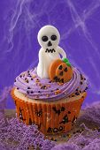 Halloween cupcakes with ghosts and pumpkins