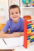 Постер, плакат: Happy Kid решать математические упражнения