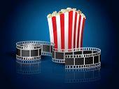 Película trenzada para película y palomitas de maíz - fondo azul