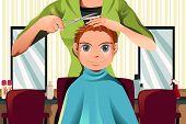 Menino recebendo um corte de cabelo