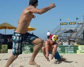 HERMOSA BEACH, CA - 21 de julio: Bartosz Bachorski y Danko Iordanov compiten en el Jose Cuervo Pro Bea