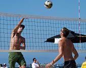 HERMOSA BEACH, CA - 21 de julio: Jeremy Casebeer y Ryan Doherty compiten en el Jose Cuervo Pro playa V