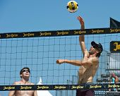 HERMOSA BEACH, CA - 21 de julio: Stein Metzger y Mark Williams compiten en el Jose Cuervo Pro Beach Vo