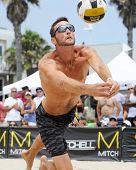 HERMOSA BEACH, CA - 21 de julio: Ryan Doherty compite en el tournamen Jose Cuervo Pro Beach Volleyball