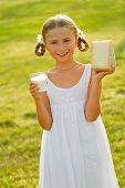 Criança saudável - menina linda com produtos lácteos