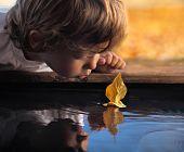 navio de folha na mão de crianças