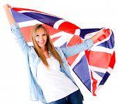 Mujer británica sosteniendo la bandera de la Jack Unión - aislada en blanco