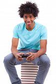 Постер, плакат: Молодой черный подростков мужчин играя в видеоигры африканского народа