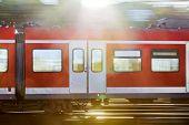 Eisenbahn Waggon in der Geschwindigkeit bei Sonnenuntergang