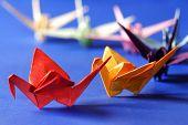 Постер, плакат: оригами птиц над синим фоном