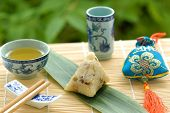 Chino glutinoso arroz Dumpling(glutinous rice wrapped to form a pyramid using bamboo or reed leaves