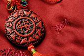 Accesorios decorativos tradicionales sobre fondo de Jin de seda.Los personajes en la cara de accesorios