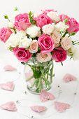 Постер, плакат: праздничный букет из розовых и белых роз в вазе