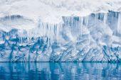 Reflexão da geleira antártica com pingentes