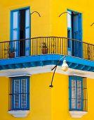 Detalle de un edificio colonial restaurado en la Habana Vieja con balcones y puertas caribeñas típicos